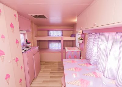 Interior Caravana Rosa Capricho