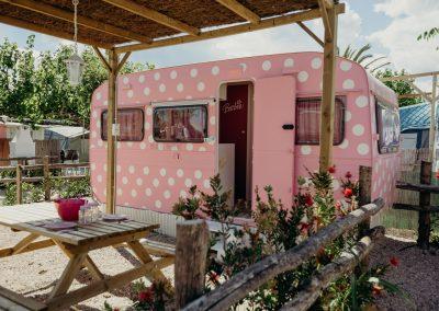 Exterior Caravana Vintage Doll camping prímera línea playa